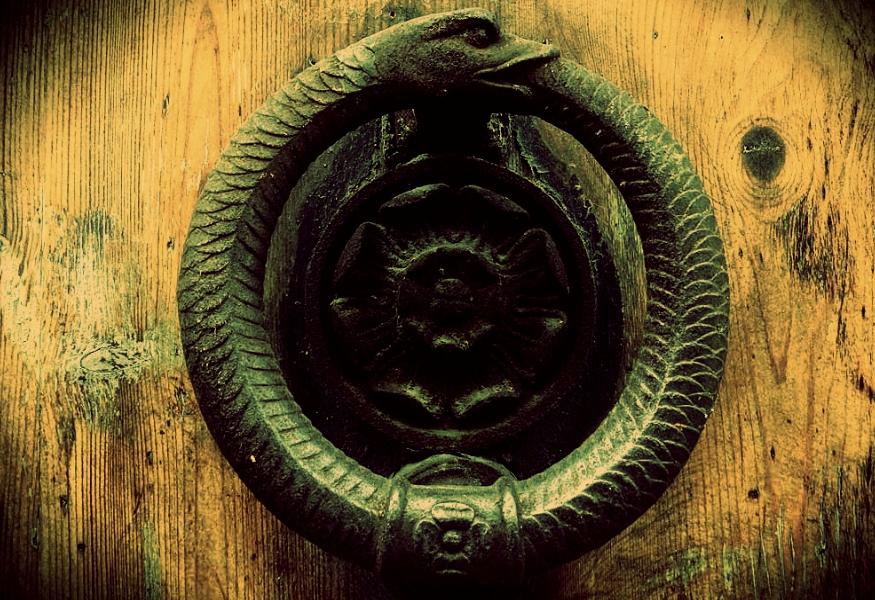 Immagine di Uroboro è un simbolo antico. Rappresenta un serpente che si morde la coda, formando un cerchio che non ha inizio né fine